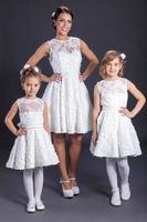 Mariée avec trhee petites demoiselles d'honneur, tourné en studio à l'intérieur photo