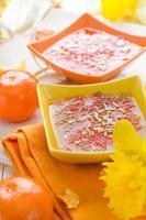 savoureuse gelée de fruits garnie de copeaux de noix de coco photo