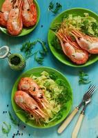 crevettes royales frites, accompagnées de tagliatelles de pâtes. photo