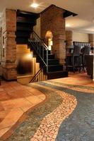 café bar intérieur avec escaliers