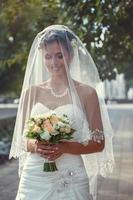 mariée avec un bouquet à la main photo
