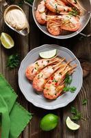 crevettes royales frites, servies avec du riz. photo