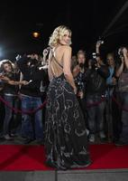 femme posant sur tapis rouge devant les fans photo