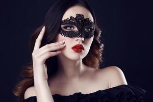 magnifique femme aux cheveux noirs et aux yeux bleus, avec masque photo