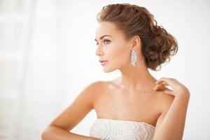 femme portant des boucles d'oreilles en diamant brillant photo