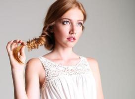 beau portrait de jolie fille aux cheveux rouges et taches de rousseur