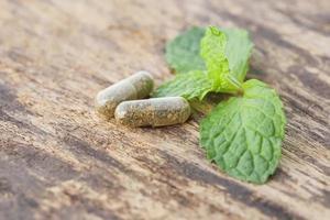 pilules de phytothérapie sur le vieux bois photo