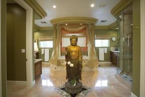 statue de Bouddha dans une salle de bains luxueuse