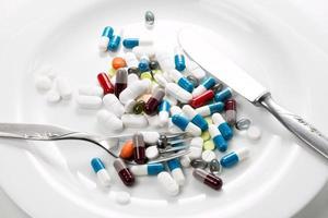 tabletten auf einem weissen teller photo