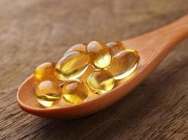 capsules d'huile de poisson dans une cuillère