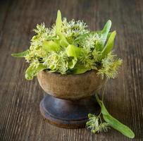 Fleurs de tilleul sur fond de bois photo
