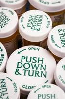 dessus à l'épreuve des enfants des bouteilles de prescription photo
