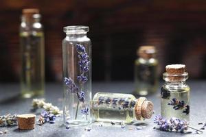 huile de lavande dans une bouteille en verre photo