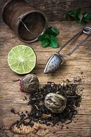 Infusion de thé au citron vert et menthe sur fond de bois