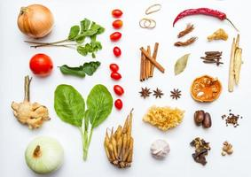 légumes frais et autres aliments sains sur fond blanc. photo