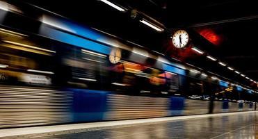 Image floue d'une rame de métro en mouvement