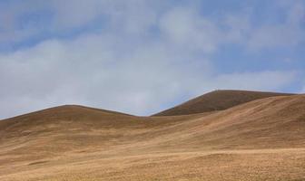 paysage sous un ciel bleu et blanc
