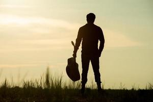 homme, tenue, guitare acoustique photo