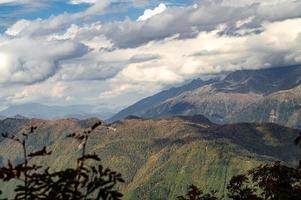 ciel nuageux et montagnes photo
