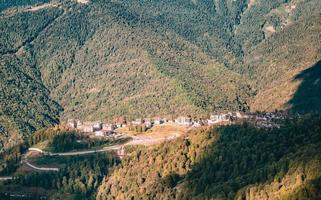 petite ville dans les montagnes photo