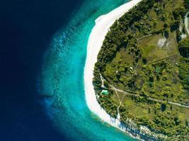 photo aérienne d'un bord de mer