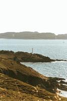 phare blanc sur la côte photo