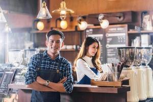 Portrait de jeunes propriétaires de petites entreprises asiatiques