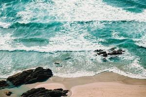 vue aérienne horizontale des vagues sur le sable photo