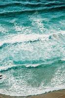 vue aérienne des vagues sur le sable photo