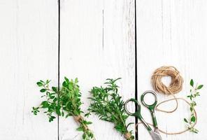 mélange d'herbes sur une table en bois, sarriette, thym