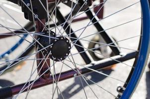 rayons sur la roue d'un fauteuil roulant photo