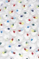 pilules capsule dans des gobelets en plastique photo