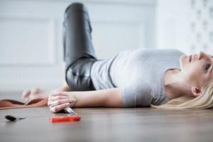 Une femme toxicomane déprimée prend des stupéfiants photo