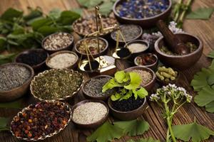 remède naturel, mortier et herbes photo