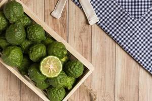 bergamotes dans une boîte en bois photo