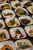 Assiette d'apéritifs et de collations au restaurant photo