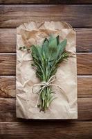 feuilles de sauge et herbes photo