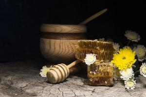 concept de nids d'abeilles et de fleurs sur fond de bois photo