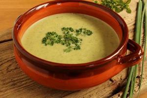 bol de soupe aux herbes saines photo