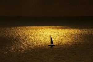 mer dorée au coucher du soleil photo