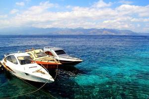 trois hors-bord sur la mer