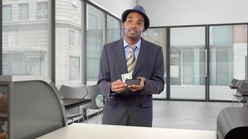 Client noir payant au comptoir dans un coffeeshop