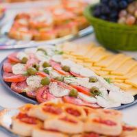 Table de banquet de restauration joliment décorée avec différents apéritifs de collations alimentaires