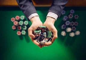 Casino joue avec une poignée de jetons photo