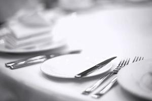 couverts sur table blanche