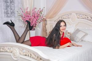 jeune femme en robe rouge photo