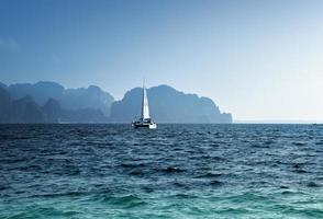 yacht et océan province de krabi, thaïlande