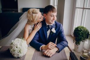 couple de mariage au café photo