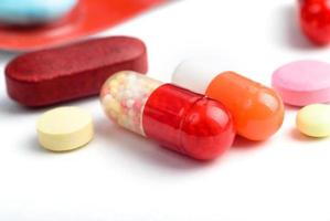 pilules isolés sur fond blanc photo