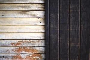 panneaux de bois blancs et bruns